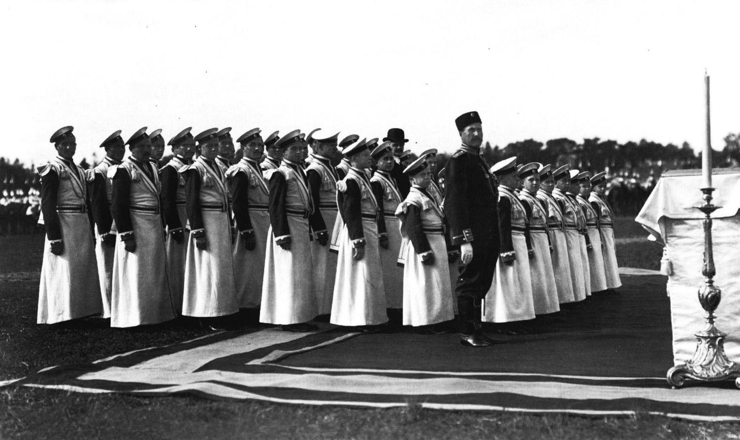 1904.  Хор певчих Кавалергардского полка на молебне перед парадом