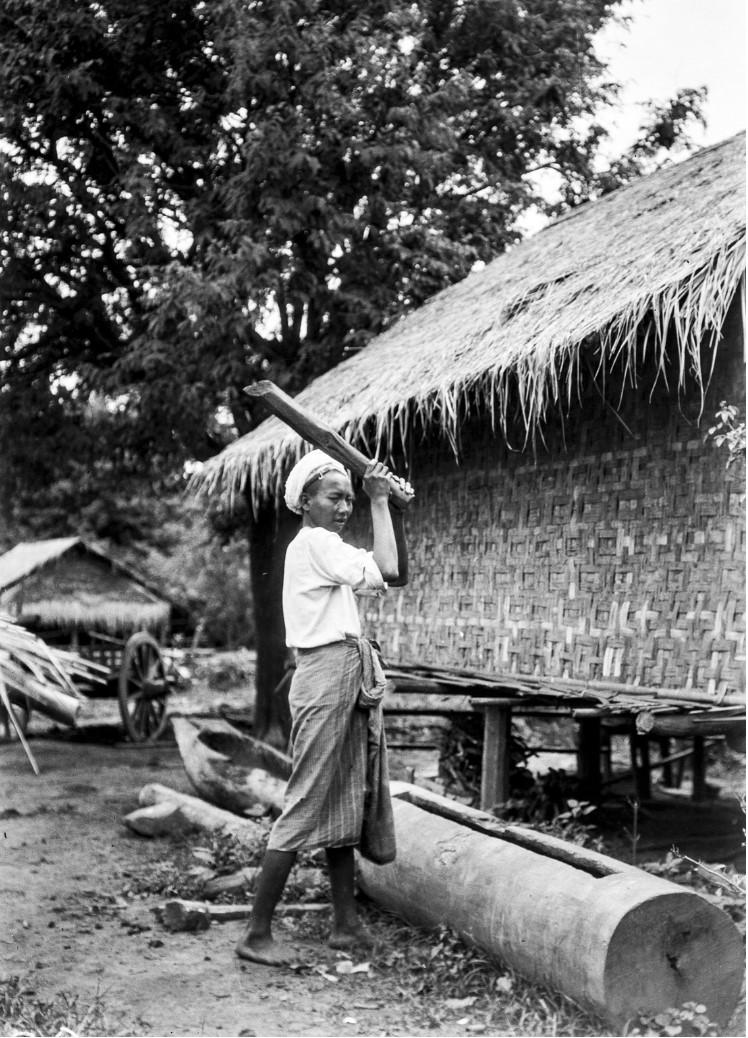 869. Пьи. Человек с деревянным щелевым барабаном