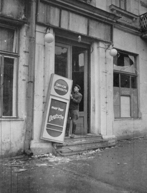 Демонтаж вывески «Только для немцев». Киев, ноябрь 1943 года.