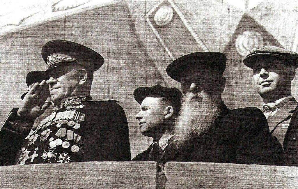 Жуков и Бажов в Свердловске на трибуне.