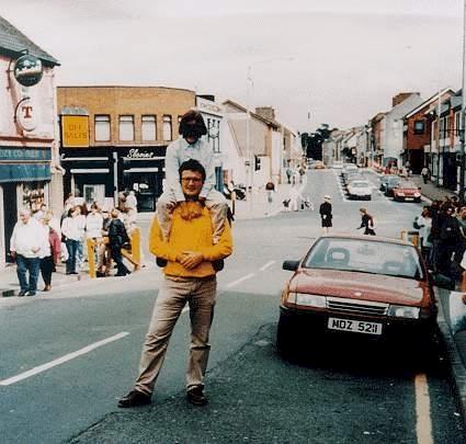 Теракт в Оме.  Этот снимок был сделан за несколько минут до теракта в Оме в Северной Ирландии