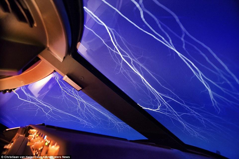 «Когда во время полета сталкиваешься с таким буйством природы, сразу же начинаешь чувствовать себя т