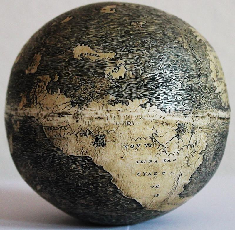 17. Этот глобус был выгравирован на поверхности страусиного яйца в Италии. Нынешний владелец приобре