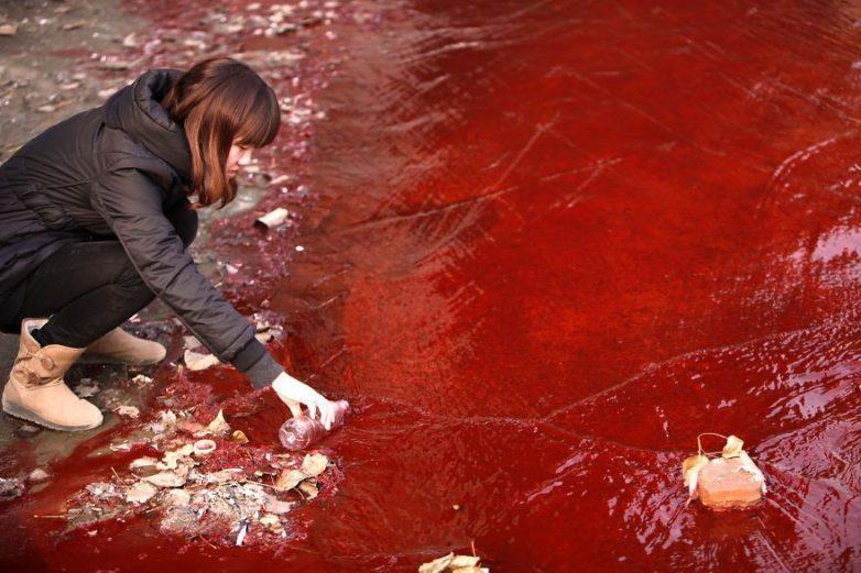 20. Журналист берёт пробу воды из реки Джианше, Китай