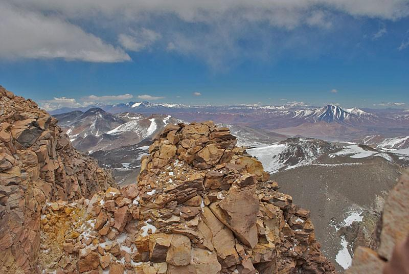 4. Альпинистам требуется около недели, чтобы достичь вершины Охос-дель-Саладо. Одолевая высоту, путе