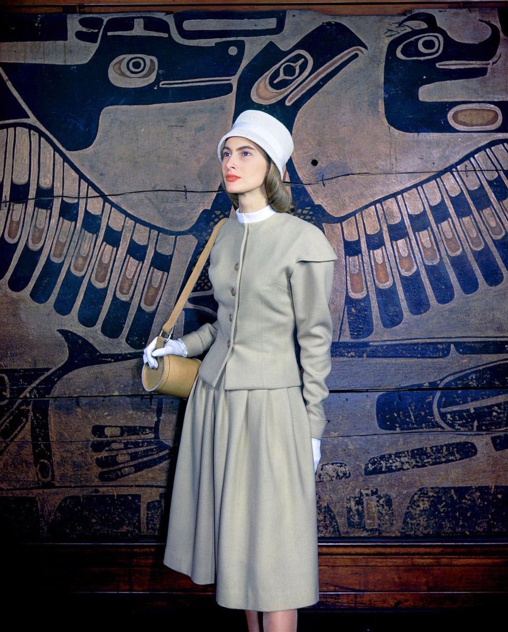17. В платье из исскуственного шелка. Апрель 1946 года.
