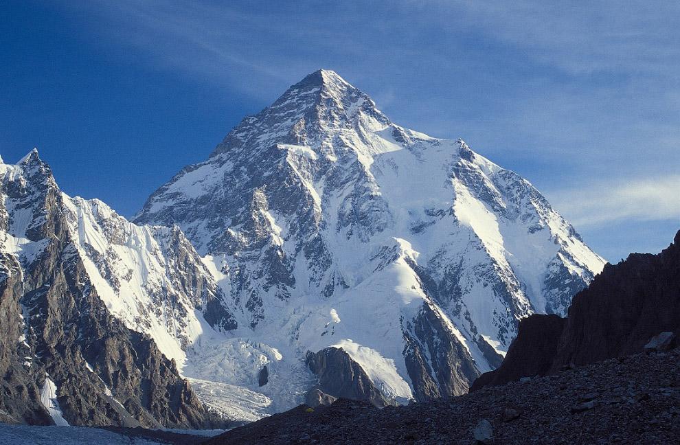 Покорение вершины произошло в 1954 году итальянской экспедицией под руководством Ардито Дезио.