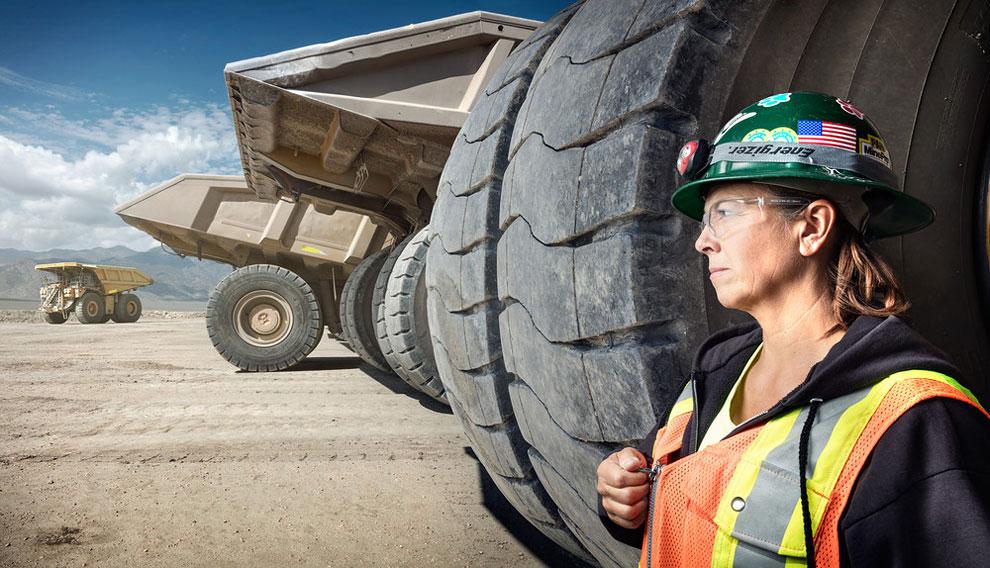 Лиэнн Джонсон, водитель самосвала на шахте Раунд-Маунтин, Невада. Крисман надеется, что его фотопрое