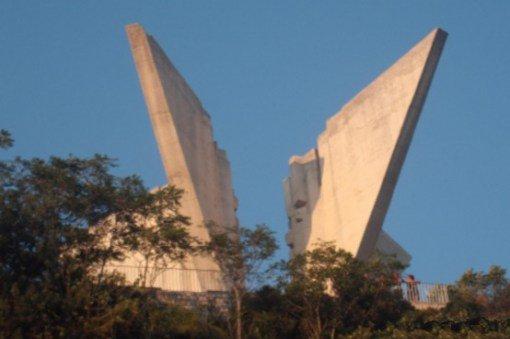 С этого впечатляющего памятника, возведённого в виде двух крыльев, открывается прекрасный вид на гор