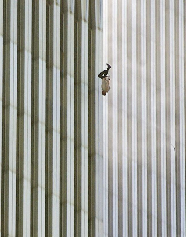© Wikipedia Creative Commons  Этот снимок сделал фотограф Ричард Дрю вдень теракта 11сентябр