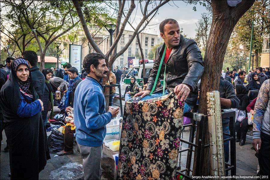 4. Этот торговец продает коврики. У него их два. Думаю, что он был бы счастлив продать их оба за сво