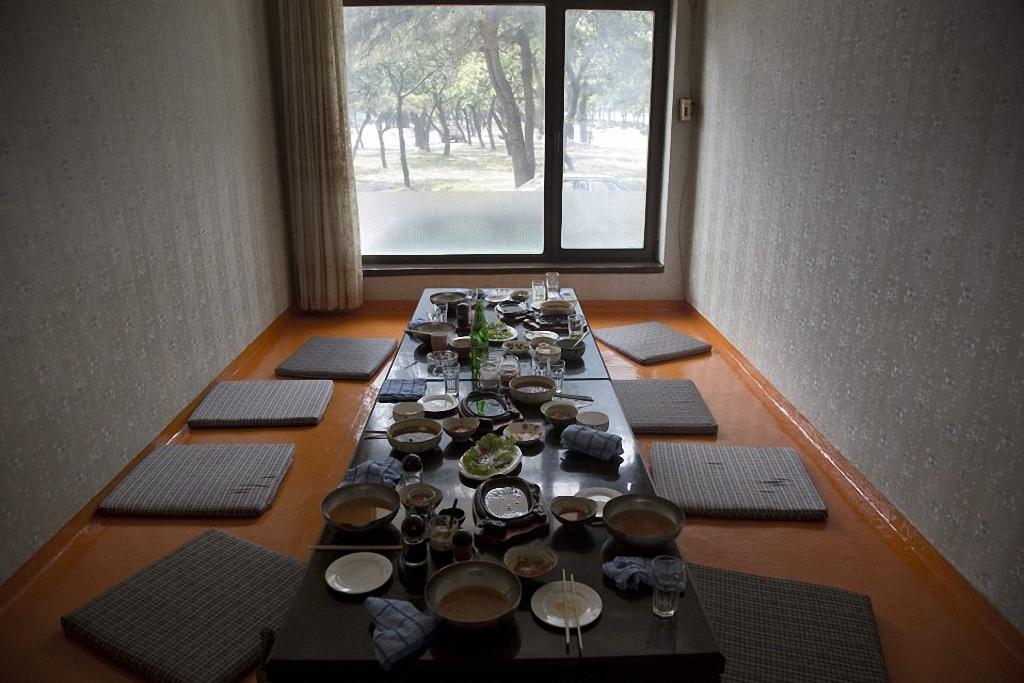 15. Остатки обеда на столе в ресторане в городе Wonsan. (Фото: AP Photo / David Guttenfelder)