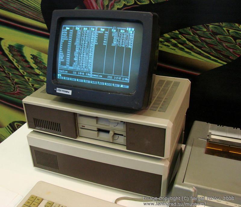 ЕС-1840 — первый советский аналог зарубежного компьютера IBM PC, поступивший в массовое производство (продано 7500 штук), 1986 год
