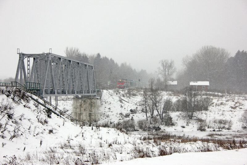 2М62У-0002 на перегоне Новодугинская - Сычёвка заходит на мост через реку Вазуза