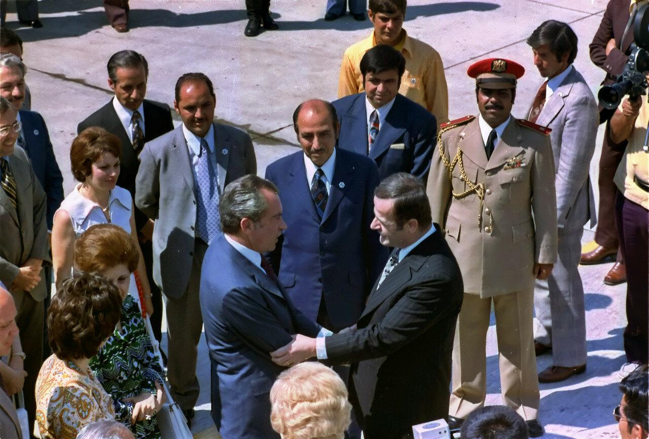 Президент США Ричард Никсон приветствует президента Сирии Хафеза Асада в Дамаске, 1974