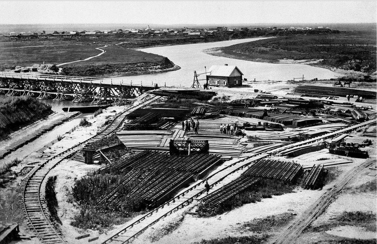 1892. Склад железных конструкций и рельсов для постройки железнодорожного моста через реку Тобол