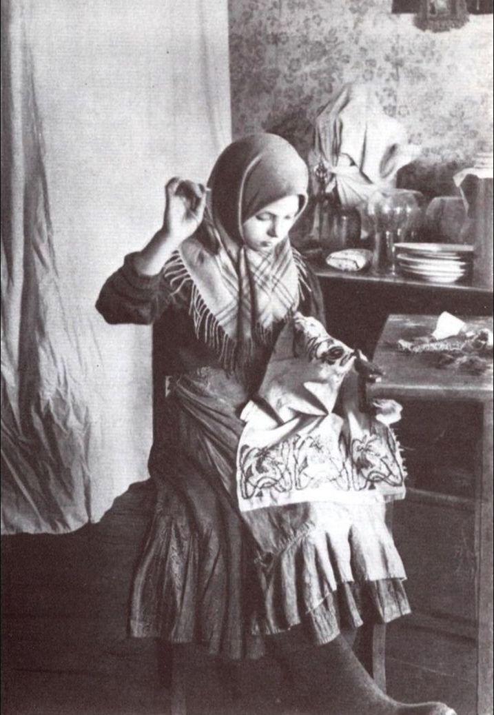 17. Девочка за вышиванием (Россия, Владимирская губерния. 1914)