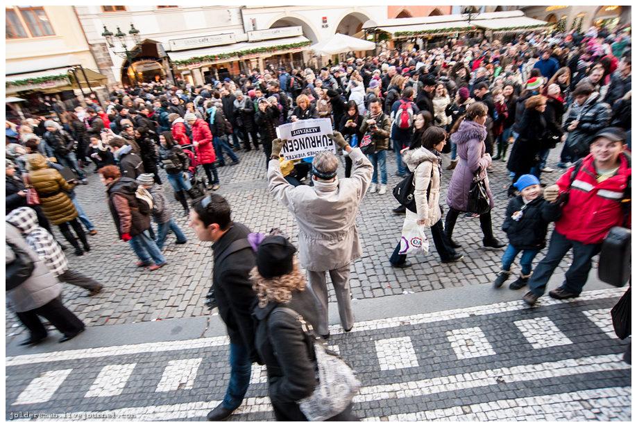 Часы на староместкой площади толпа туристов
