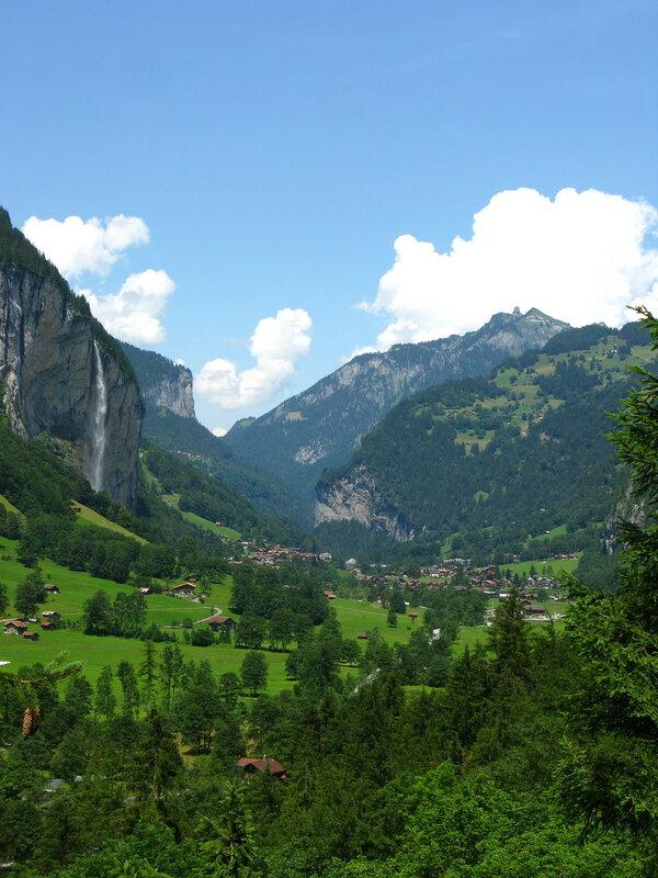 Вид от водопада Трюммельбах на долину