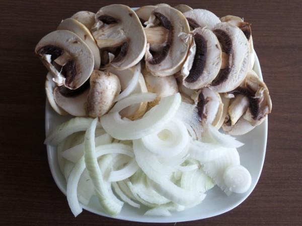 Печень свиная с грибами в сметано томатном соусе
