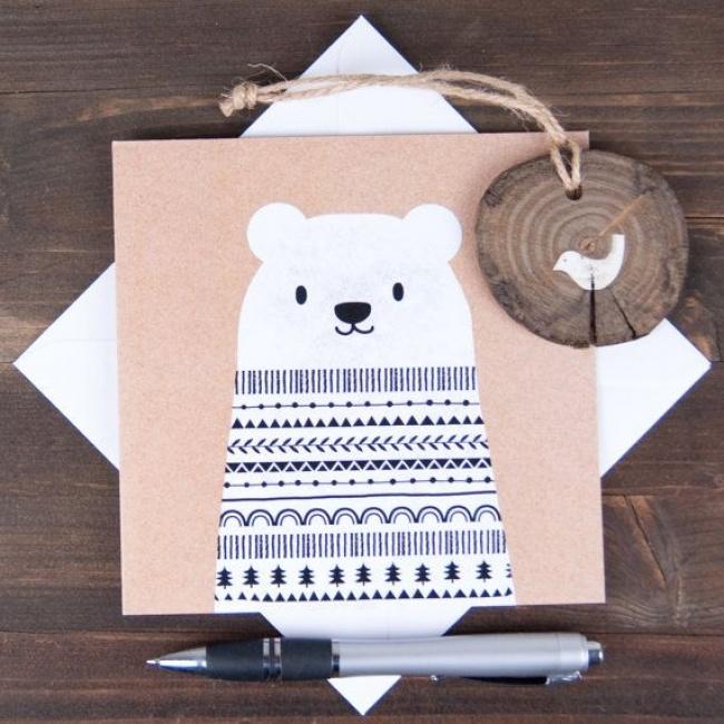 Достаточно вырезать фигуру мишки, азатем ручкой или фломастером разрисовать самыми простыми узорами