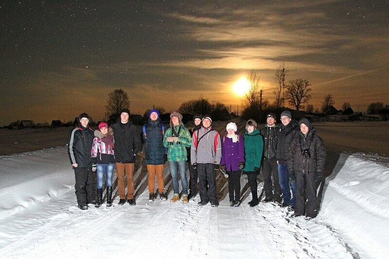 Участники астрономического выезда в Жданухино в свете луны