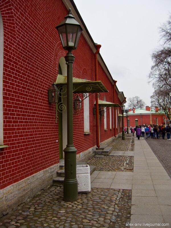Петропавловская крепость. На территории крепости от туристов не протолкнуться.