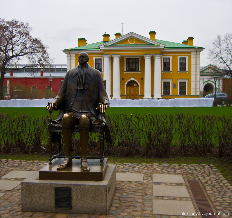 Петропавловская крепость. Напротив гауптвахты в 1991 году Шемякин поставил, точнее посадил, вот это чудовище. Он утверждает, что это статуя Петра Первого. Народ радостно фотографируется на коленях у этой статуи.