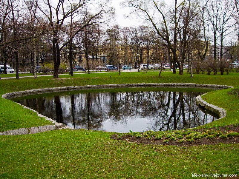 Петропавловская крепость. В парке очень красивая система прудов и ручейков.