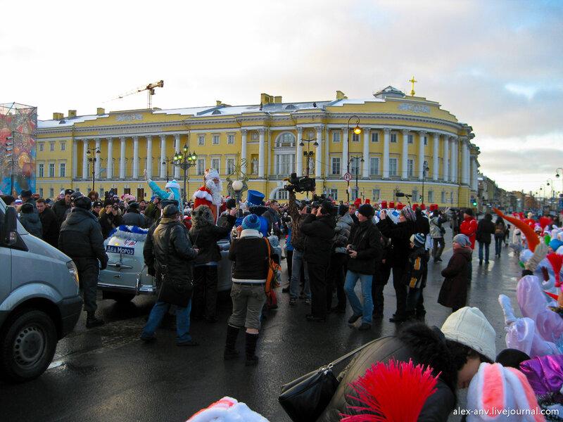 Наконец почётных гостей посадили в машину и процессия начала движение. Через пять часов им предстояло участвовать в торжественном параде по Невскому проспекту.