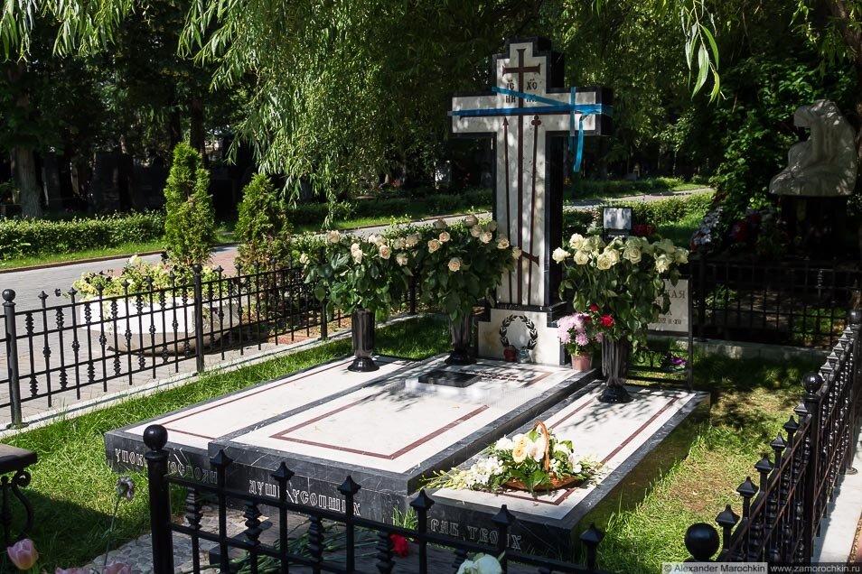 Могила Мстислава Растроповича и Галины Вишневской на Новодевичьем кладбище