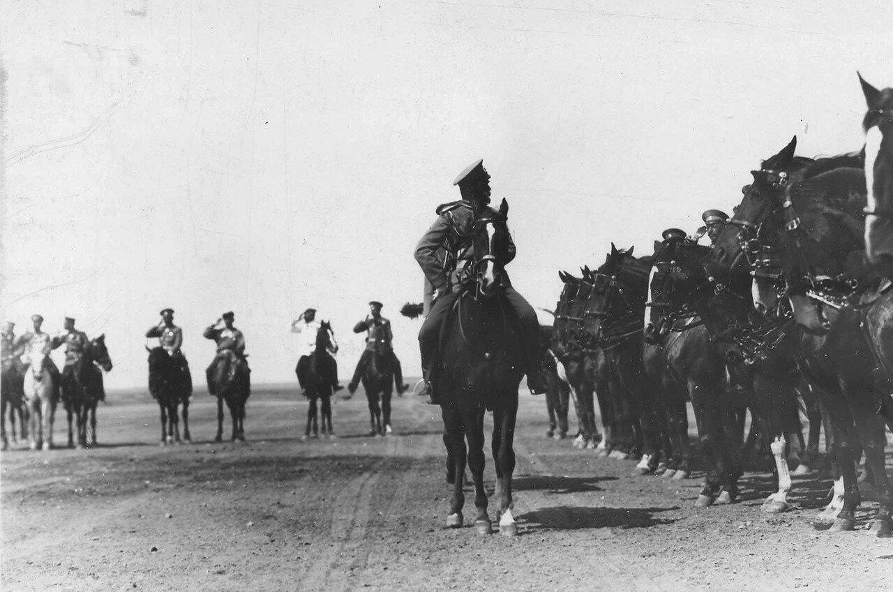 105. Император Николай II объезжает конный строй на плацпараде