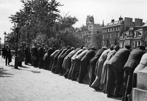 51. Ленинград. Мужчины за чем-то наблюдают с моста