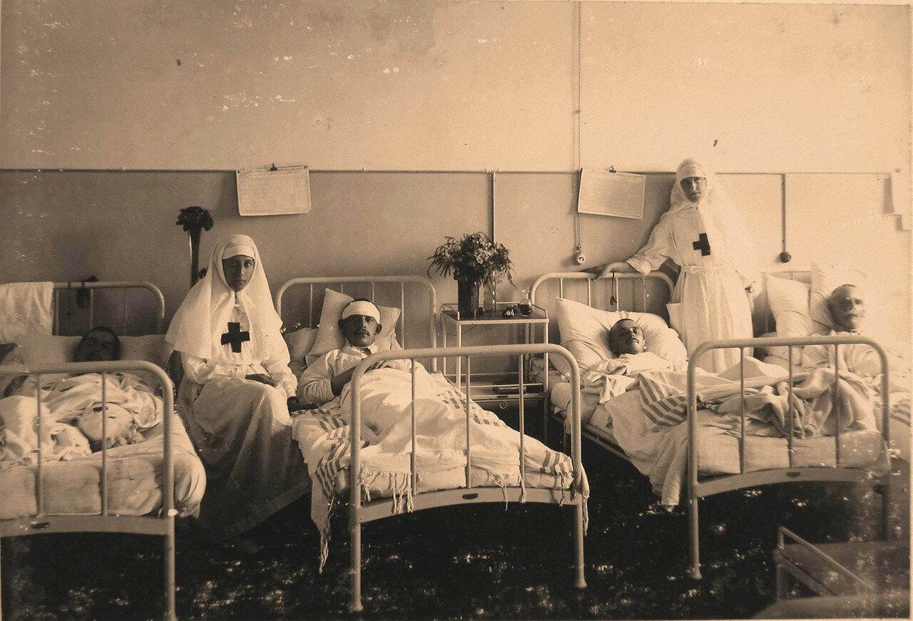 32. Сестры милосердия в палате для тяжелораненых и контуженных