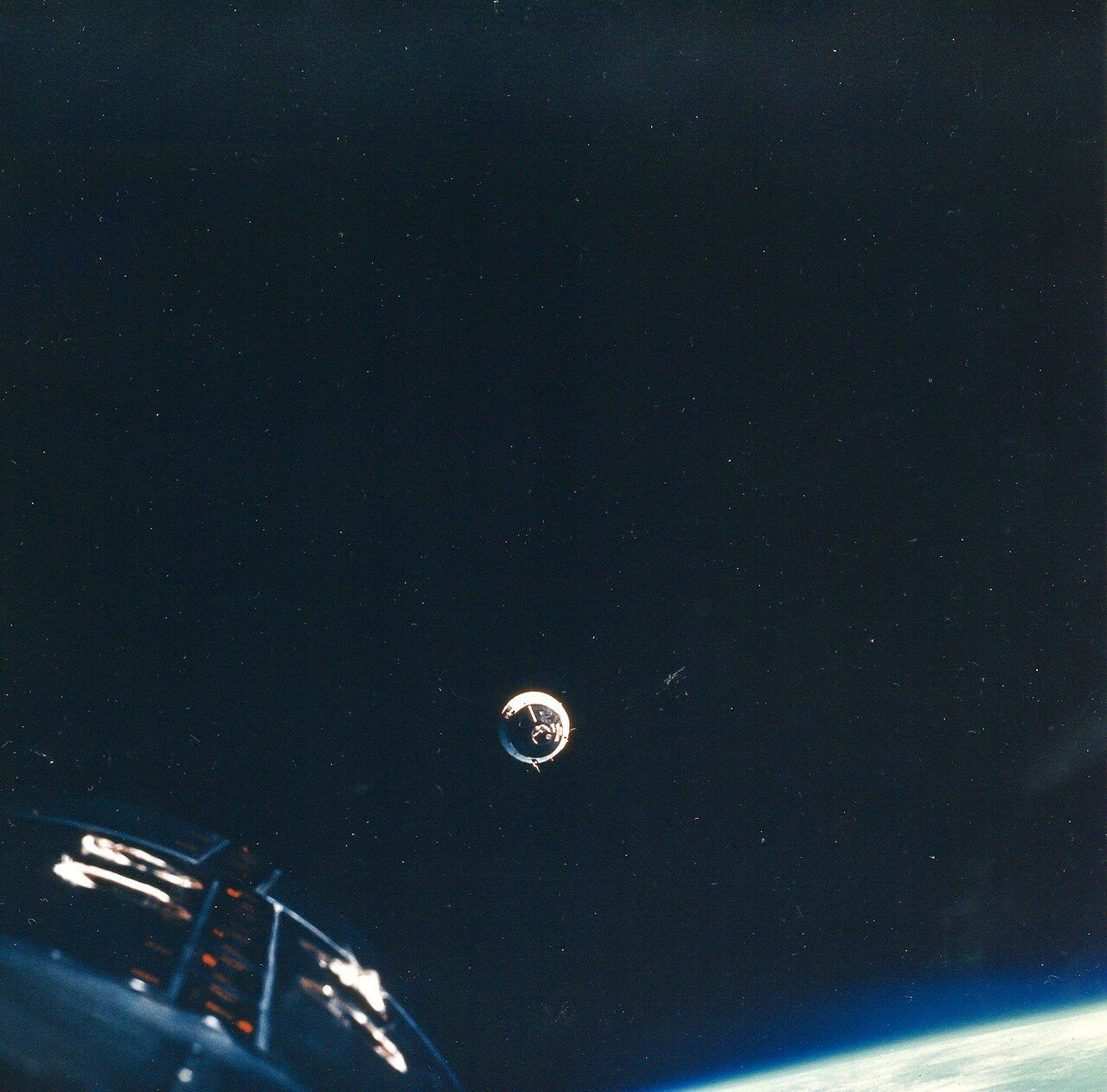 1965, декабрь. Изначально, основной целью полёта являлись сближение и стыковка с мишенью Аджена-VI.