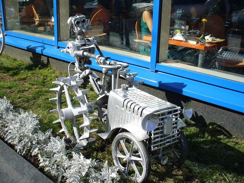 Скульптура - робот-тракторист