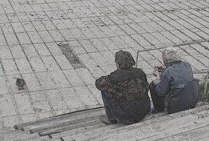 Старики кормят утку.
