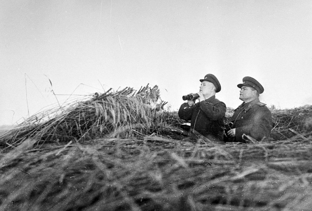 Командующий Воронежским фронтом Н.Ф. Ватутин и Н.С. Хрущев на наблюдательном пункте под Белгородом.jpeg