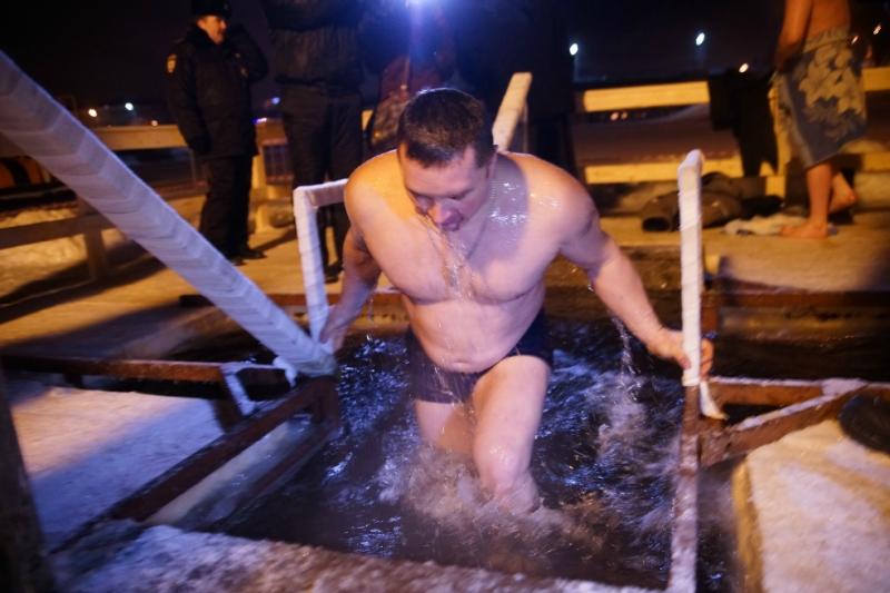 Сотни тверитян пришли окунуться в иордани в Крещение / фото