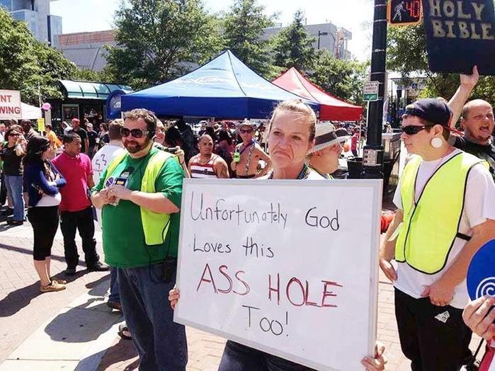 В США вход вцерковь покрасили врадужные ЛГБТ-цвета
