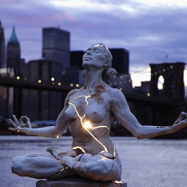 Скульптура Пэйдж Брэдли «Расширение» представляет собой двухметровую композицию изсветящегося поста