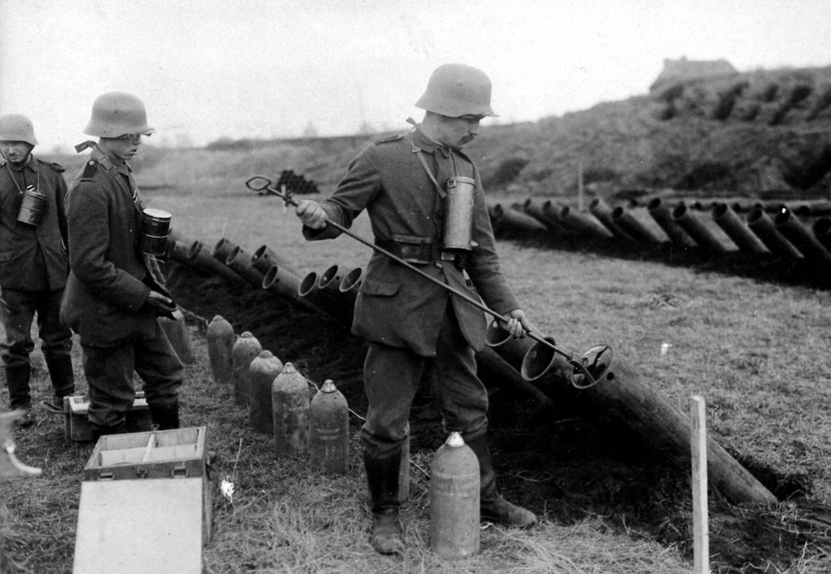 Немецкие солдаты ведут подготовку к началу газовой атаки на позиции противника (23)