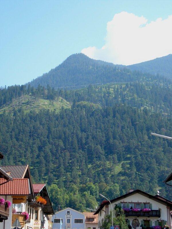 На фоне Альп