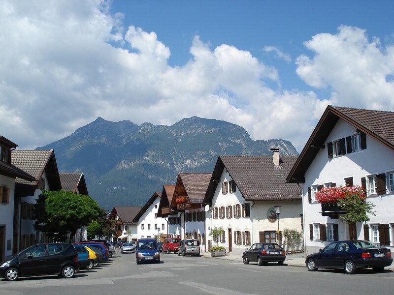 На одной из улочек современных кварталов Garmisch-Partenkirchen.