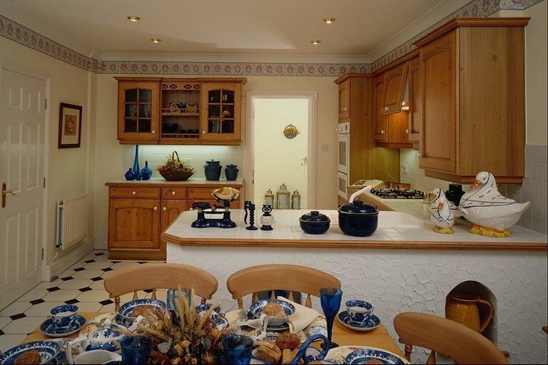 Дизайн кухни 5 кв.м с холодильником и газовой колонкой