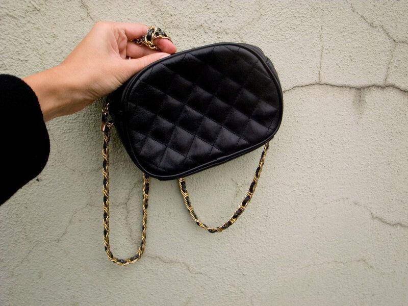 маленькая черная стеганая сумка на ремешке с цепью.