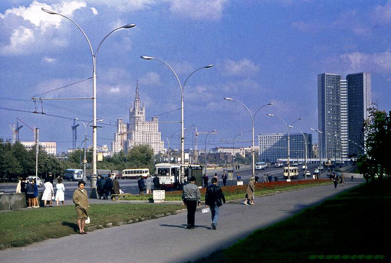 Кутузовский, вдали высотка на площади Восстания