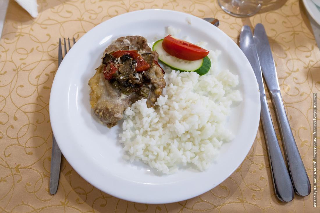 Мясо «Фантазия», рис отварной, свежие овощи