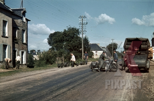 stock-photo-94-infantry-division-radio-funker-signals-unit-install-telephone-lines-in-french-village-france-1940-12137.jpg
