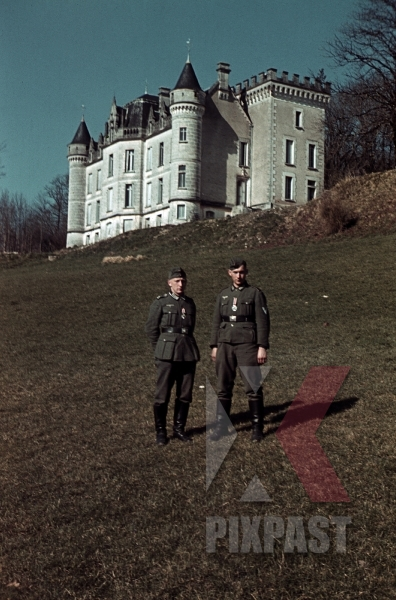 stock-photo-chateau-de-la-mercery-magnaclavalettevillars-france-1940-german-soldiers-with-iron-cross-medal-12676.jpg